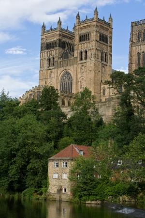Durham Cathedral kijkt uit op de rivier met een Pump House