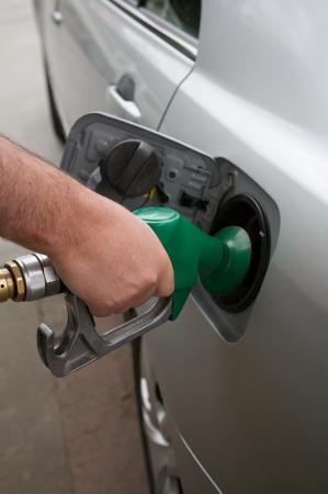 De Moderne auto op gas benzine tankstation zilveren auto Stockfoto