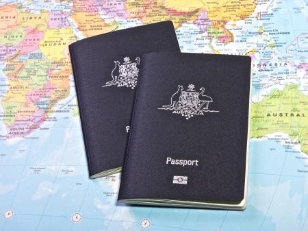 pasaporte: Pasaporte australiano con el mapa del mundo Foto de archivo