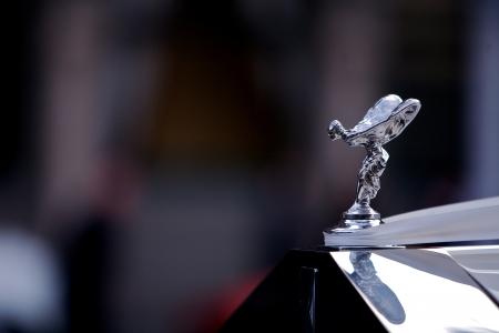 éxtasis: Classic White Rolls Royce con la mascota emblema famoso vuelo dama