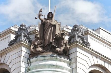 orden judicial: Ley y orden estatua en mármol