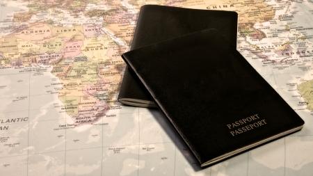 Blanco Paspoort met de wereld kaart Stockfoto