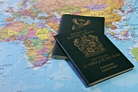 Zuid-Afrikaanse paspoort met de wereldkaart Stockfoto