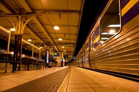 Trein stopte op het station 's nachts Redactioneel