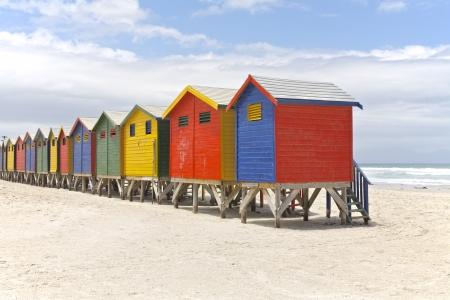 Rij van geschilderde strandhutten in Kaapstad, Zuid-Afrika