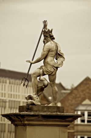 j�piter: Estatua de Zeus en m�rmol y rodeado de edificios