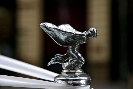 Klassieke Rolls Royce met de beroemde vliegende dame embleem mascotte Redactioneel