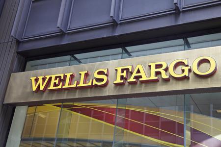 맨해튼에있는 웰스 파고 은행, 뉴욕, AmericaNEW 뉴욕의 미국 - 6 월 06 : 뉴욕의 웰스 파고 분기, 미국. 사진 촬영 : 10 월 10, 2014.