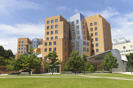 Stockfoto - BOSTON - 6 juni Ray en Maria Stata Center op de campus MIT Photo taken on 6 juni 2014 in Cambridge, Massachusetts, USA ontworpen door Pritzker en bekroonde architect Frank Gehry