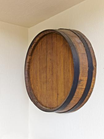 viñedo: Barril de vino redondo en una pared, la construcción de la viña Foto de archivo