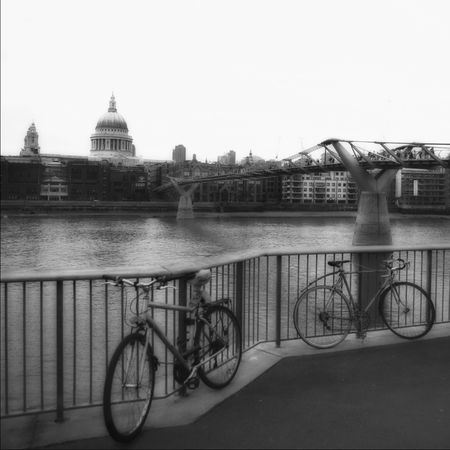 colonade: London view over the Thames, afternoon mood