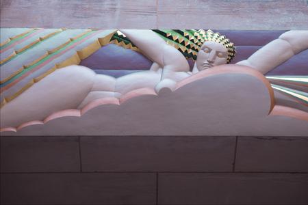friso: CIUDAD DE NUEVA YORK - 06 de junio: Art deco friso por Lee Lawrie en la entrada del Edificio GE en Rockefeller Plaza el 06 de junio de 2014. Foto tomada en: 6ª de junio de, 2014 Editorial