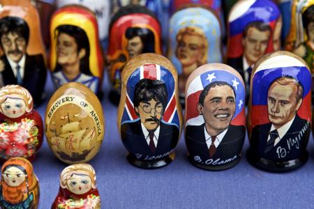 mu�ecas rusas: Mu�ecas rusas de personajes famosos, John Leonard, Barack Obama, Vladimir Putin muestran en la Ciudad de Nueva York, EE.UU.