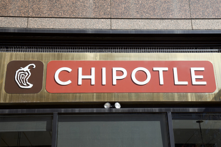 NEW YORK - AUGUST 16: Entrance to Chipotle Mexican grill in New York, United States America. An American chain of fast food restaurants with 2000 restaurants around the world.Photo taken on: August 15th, 2016. 新聞圖片