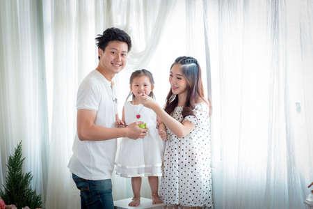 personas reunidas: feliz padre, la madre y la hija de alimentación Juego