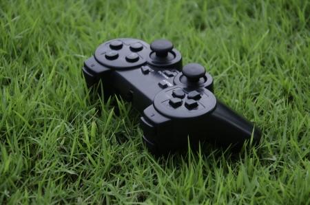 백그라운드에서 잔디와 조이스틱 게임 컨트롤러 스톡 콘텐츠