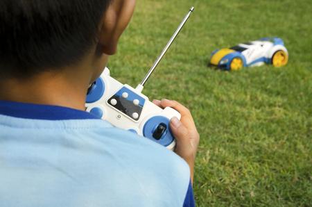 Afstandsbediening speelgoed auto met een jongen.