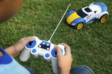 coche de juguete de control remoto con un chico.