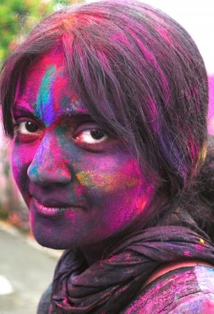 vibrant colors fun: Primo piano di una femmina indiana  donna dipinta nero su Holi festival in India.
