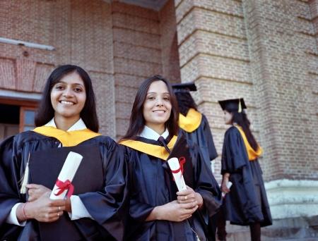 degree: Due Collegio abbastanza indiano laurea felice dopo aver ottenuto la laurea in campus. Archivio Fotografico