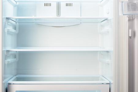 refrigerador: Blanca refrigerador vacío abierto. La pérdida de peso concepto de dieta.