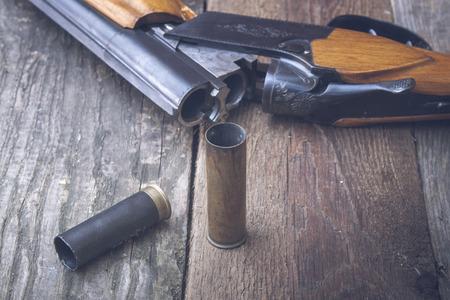 Fusil de chasse sur un fond de bois.