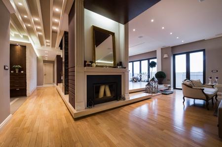 porte bois: Appartement de luxe intérieur avec cheminée déposé avec des bougies