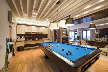Interieur van een luxe woonkamer met een pooltafel Stockfoto