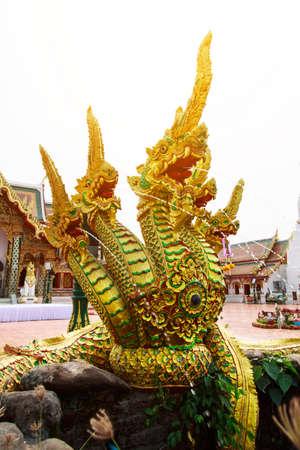 polea: Estatua de serpiente en el templo de Tailandia Foto de archivo