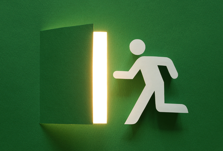 salida de emergencia: En caso de emergencia, es necesario volar hasta la puerta.