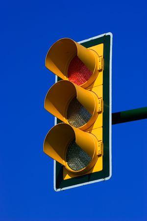 warden: Roja detener sem�foro en cielo azul  Foto de archivo