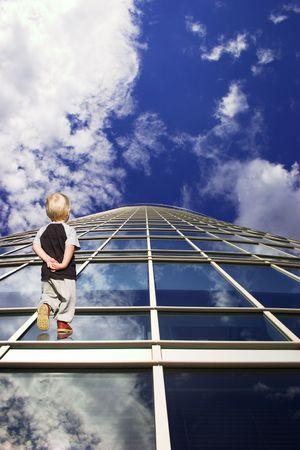 ni�os saliendo de la escuela: Ni�o y su camino hacia el futuro. Perspectiva de rascacielos de Windows