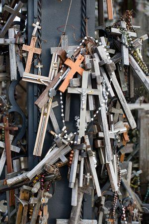 peregrinación: A cerca de aspecto de la colina de las cruces. Este es un sitio de peregrinaci�n cerca de la ciudad de iauliai, en Lituania, Europa Foto de archivo