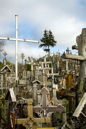 peregrinación: La colina de las cruces es un sitio de peregrinaci�n cerca de la ciudad de iauliai, en Lituania, Europa Foto de archivo