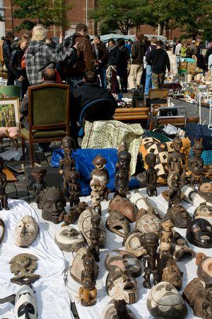 Bruselas - el 4 de octubre: mercado de pulgas en Bruselas. 4 De octubre de 2009, Bruselas, Bélgica Foto de archivo - 6884404