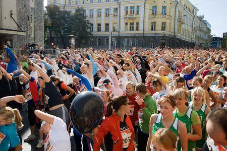begining: Partecipanti della maratona di Tallinn in attesa di nautica-barca di 10 km e Nordic walking gara