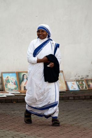 AGLONA, Letland - 15 augustus: Zuster van de missionarissen van liefde bij de viering van de Maagd Maria in Aglona, Letland, 15 augustus, 2008.
