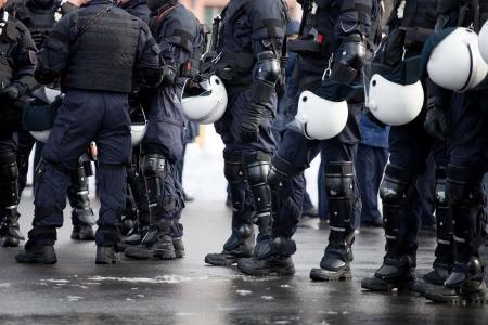 Unité de police anti-émeute en attente pour les commandes Banque d'images
