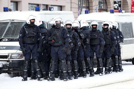 RIGA, Letland, 16 maart 2010: Riot police officers klaar om te voorkomen dat provocaties op herdenking van de Letse Waffen SS-eenheid of Legionnaires.The evenement is altijd tekening drukte van nationalistische supporters en anti-fascistische demonstranten. Vele letten waren