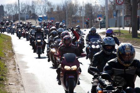 банда: РИГА - 24 апреля: Мотоцикл сезон парад с тысячами участников. 24 апреля 2010, Рига, Латвия. Редакционное