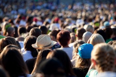 Grote menigte van mensen kijken naar concert of sport evenement