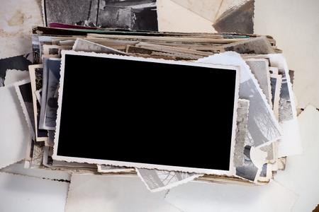 Stapel oude foto's met een blanco foto voor uw imago. Stockfoto