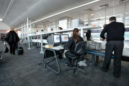 Istanbul - 22 Mars: personnel de l'aéroport de contrôle de sécurité des passagers des bagages à la porte d'embarquement en aéroport Ataturk d'Istanbul, en Turquie, Mars 22, 2011. Éditoriale