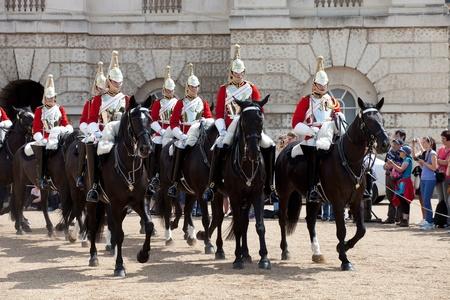 LONDEN - 14 juni: The Queen's Life Guard of Horse Guard wijzigen ceremonie in Londen, Verenigd Koninkrijk op 14 juni 2011. Guard Montage ceremonie wordt dagelijks gehouden in het voorjaar en de zomer op de Horse Guards Parade Redactioneel
