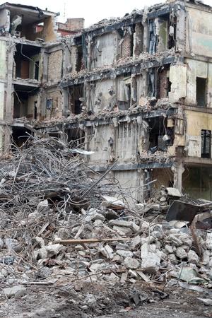 Afgebroken huis voor reconstructie of na bomexplosie