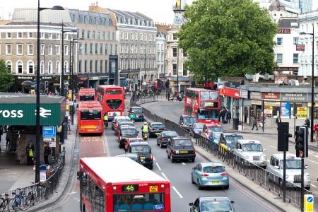 LONDEN - 6 juni: Verkeer in Euston Road, gezien vanuit St Pancras station op 6 juni 2011, Londen. Euston Road is een belangrijke doorgaande weg in het centrum van Londen. Redactioneel