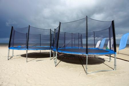 Drie ronde trampolines op het strand