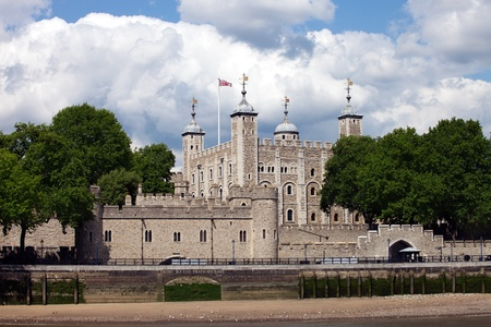 De Tower of London, gezien vanaf de rivier de Theems.