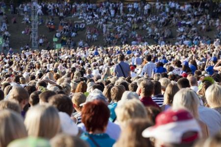 Grote menigte van mensen kijken concert of sportevenement Redactioneel