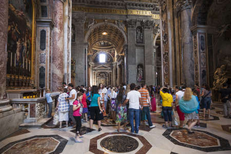 pietro: ROME - June 22: Crowd of tourists Indoor St. Peter